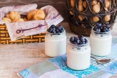 Yogurt casalingo con le bacche in un barattolo di vetro Immagine Stock