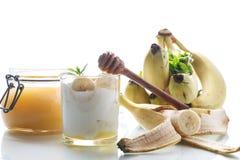 Yogurt casalingo fresco con le banane ed il miele immagini stock libere da diritti