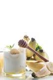 Yogurt casalingo fresco con le banane ed il miele fotografia stock