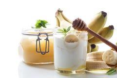 Yogurt casalingo fresco con le banane ed il miele immagine stock
