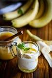 Yogurt casalingo fresco con le banane ed il miele fotografia stock libera da diritti