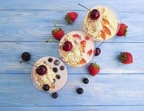 Yogurt, ciliegia deliziosa dell'albicocca del rinfresco della latteria casalinga organica della fragola di muesli della farina d' fotografia stock
