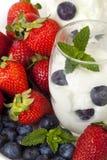 Yogurt com bagas fotos de stock royalty free