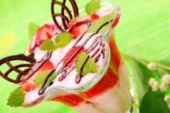 Yogurt com mousse e melissa da morango Imagens de Stock Royalty Free