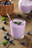 Yogurt com uvas-do-monte Café da manhã caseiro fresco Foto de Stock Royalty Free