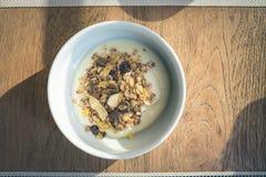 Yogurt con i cereali ed i grani Immagini Stock