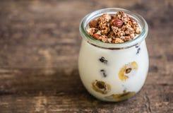 Yogurt con i muesli, la banana ed i dadi Immagine Stock Libera da Diritti