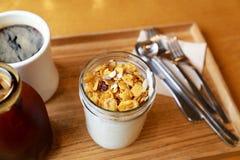 Yogurt con il muesli fotografia stock libera da diritti