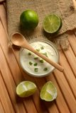 Yogurt con il succo di cedro con i frutti intorno fotografie stock
