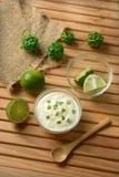 Yogurt con il succo di cedro con i frutti intorno immagini stock