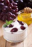Yogurt con l'uva Immagini Stock Libere da Diritti