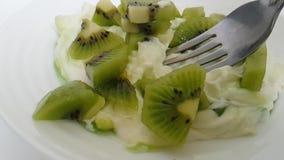 Yogurt con la forcella del kiwi archivi video