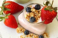 Yogurt con la fragola, bacca, primo piano Fotografia Stock Libera da Diritti