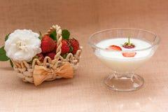 Yogurt con la fragola in ciotola di vetro Immagini Stock Libere da Diritti