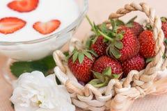 Yogurt con la fragola in ciotola di vetro Fotografia Stock