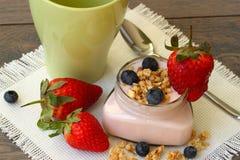 Yogurt con la fragola, il mirtillo ed i muesli Fotografia Stock Libera da Diritti