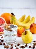 Yogurt, con la frutta fresca ed i dadi Fotografia Stock