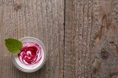 Yogurt con la salsa di mirtillo rosso Immagine Stock