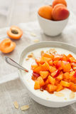 Yogurt con le albicocche fresche ed i nastri croccanti della mandorla immagini stock libere da diritti