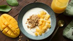 Yogurt con le fette ed il Granola del mango