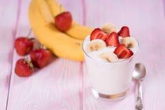 Yogurt con le fragole e la banana in un vetro Fotografia Stock Libera da Diritti