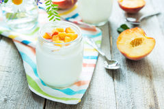 Yogurt con le pesche Immagini Stock Libere da Diritti