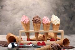 Yogurt congelado de la vainilla o helado suave en cono de la galleta imágenes de archivo libres de regalías