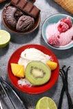 Yogurt congelato vaniglia o gelato molle e cono e frui della cialda Fotografia Stock