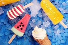 Yogurt congelato vaniglia o gelato molle nel cono della cialda Immagine Stock
