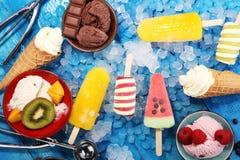 Yogurt congelato vaniglia o gelato molle nel cono della cialda Fotografie Stock Libere da Diritti