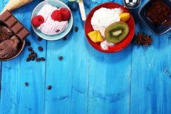 Yogurt congelato vaniglia o gelato molle nel cono della cialda Fotografie Stock