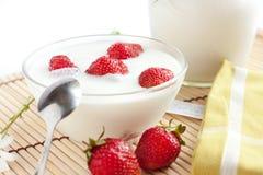 Yogurt da morango com bagas maduras Imagens de Stock