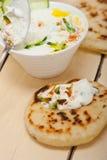 Yogurt della capra di Medio Oriente dell'arabo ed insalata del cetriolo Fotografia Stock Libera da Diritti