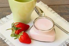 Yogurt della fragola con le fragole fresche Fotografia Stock