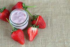 Yogurt della fragola sul sacco Immagine Stock