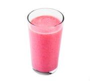 Yogurt della fragola in un vetro trasparente isolato su fondo bianco Di vetro in pieno del yogurt della fragola dalle fragole e d Fotografie Stock Libere da Diritti