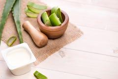 Yogurt di vera dell'aloe con le foglie fresche su una tavola di legno Immagini Stock