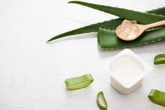 Yogurt di vera dell'aloe con le foglie fresche su una tavola di legno Fotografia Stock