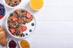 Yogurt e bacche del Granola fotografia stock