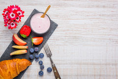 Yogurt e croissant come prima colazione con lo spazio della copia Fotografie Stock