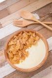 Yogurt e fiocco di cereali con la prima colazione Immagini Stock Libere da Diritti