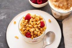 Yogurt fresco con i rasberries e caffè in vetro trasparente Lamponi in ciotola bianca Prima colazione sana di mattina fotografia stock