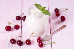 Yogurt fresco con la ciliegia Immagini Stock Libere da Diritti