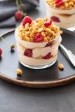 Yogurt fresco con rasberry in vetro trasparente Lamponi in ciotola bianca Prima colazione sana di mattina immagine stock
