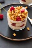 Yogurt fresco con rasberry in vetro trasparente Lamponi in ciotola bianca Prima colazione sana di mattina fotografia stock