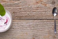 Yogurt fresco per il menu della prima colazione Immagini Stock
