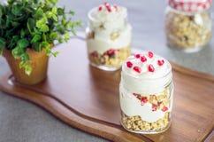 Yogurt greco con granola e pomegrante fotografia stock