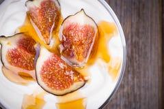 Yogurt greco con i fichi ed il miele Fotografie Stock Libere da Diritti