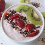 Yogurt greco della fragola con le fragole ed i kiwi freschi Fotografia Stock Libera da Diritti