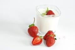 Yogurt natural com morangos Fotografia de Stock Royalty Free